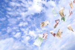 Geldfall vom Himmel Stockbild