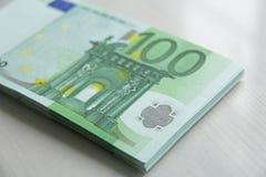Geldfoto Document bankbiljetteneuro, 100 Euro Een bundel van document B Royalty-vrije Stock Foto's