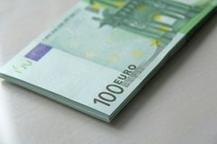 Geldfoto Papierbanknoteneuro, Euro 100 Ein Bündel Papier b stockfotos