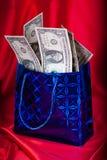 Geldgeschenk auf rotem Hintergrund Lizenzfreie Stockfotografie