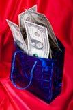Geldgeschenk auf rotem Hintergrund Lizenzfreies Stockfoto