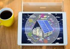 Geldhaus auf Tablette mit Kaffee Lizenzfreie Stockfotos