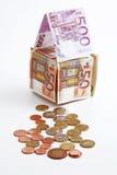Geldhaus mit Münzen Stockbild