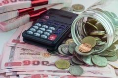 Geldhintergrund mit Münzen und Taschenrechner lizenzfreie stockfotografie