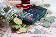 Geldhintergrund mit Münzen und Taschenrechner stockbilder