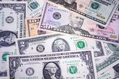 Geldhintergrund, sortierte amerikanische Dollarbanknoten, Rechnungen Die goldene Taste oder Erreichen für den Himmel zum Eigenhei Stockfotografie