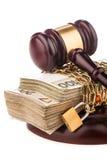 Geldkette und Richterhammer lokalisiert auf Weiß Lizenzfreie Stockfotos