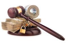 Geldkette und Richterhammer lokalisiert auf Weiß Stockfotografie