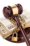 Geldkette und Richterhammer lokalisiert auf Weiß Stockbild