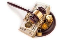 Geldkette und Richterhammer lokalisiert auf Weiß Lizenzfreie Stockfotografie