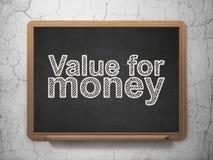 Geldkonzept: Gutes Preis-Leistungs-Verhältnis auf Tafelhintergrund Lizenzfreie Stockfotos