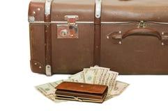 Geldlagen auf einem alten Koffer stockfotografie
