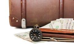 Geldlagen auf einem alten Koffer stockfotos