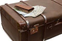 Geldlagen auf einem alten Koffer stockbilder