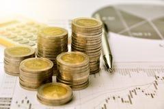 Geldmünzen mit Zeichenpapier mit Maßeinteilung und Taschenrechner, Finanzierung und Wachstum stockfoto