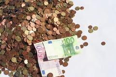 Geldmünzen und Banknoten stockfotos