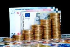 Geldmengenwachstum hundert Dollarschein, der im grünen Gras wächst Lizenzfreie Stockbilder