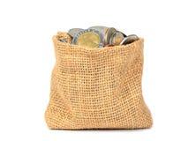 Geldmuntstukken in zakzak op witte achtergrond wordt geïsoleerd die Stock Afbeelding