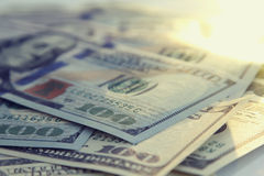 Geldnahaufnahme Amerikaner hundert dollarand Russe 1000 Rubel Rechnungen Stockfotos