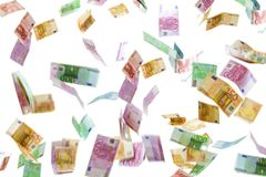 Geldregen van Euro die bankbiljetten op witte achtergrond worden geïsoleerd royalty-vrije stock fotografie