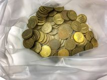 Geldroebels Heel wat kopermuntstukken in een plastic zak stock foto's