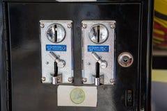 Geldschlitze des alten Spielautomaten Lizenzfreie Stockfotos
