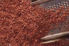 Geldstrafe zerriebene dunkle Schokolade auf Reibe Lizenzfreie Stockbilder