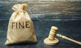 Geldtasche mit der Wort Geldstrafe und dem Hammer des Richters Strafe als Bestrafung für ein Verbrechen und eine Handlung Finanzb lizenzfreie stockfotografie