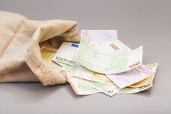 Geldtasche mit Euro Stockfotografie