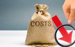 Geldtasche mit M?nzen mit den Wort Kosten und einem Abstiegpfeil verkleinerung Ausgabenschnitt Das Konzept des Gesch?fts und der  lizenzfreies stockbild