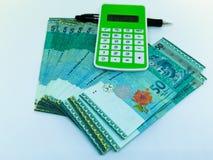 Geldtaschenrechner und ein Stift als Finanzkonzept stockbild