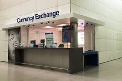 Geldumtausch am Flughafen Lizenzfreies Stockbild