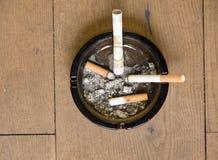 Geldverschwendung das Rauchen Lizenzfreie Stockfotos