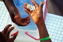 Geldwechselhände in Afrika Stockfoto