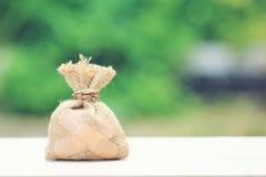 Geldzak in bijlage aan het pleister op natuurlijke groene achtergrond, Sa royalty-vrije stock foto's