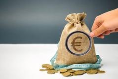Geldzak met een euro teken en een meetlint Beperkte begroting Gebrek aan geld Het concept het accumuleren van geld in de familieb stock foto