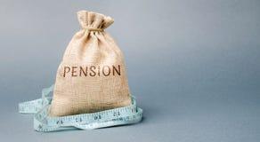 Geldzak met het het woordpensioen en meetlint Daling/verminderingspensioenbetalingen Pensionering Financierende gepensioneerden V royalty-vrije stock foto's