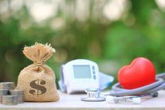 Geldzak met Medische tonometer voor het meten van bloeddrukwi royalty-vrije stock fotografie