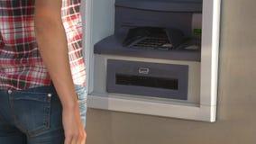 Geldzurücknahme von ATM stock footage