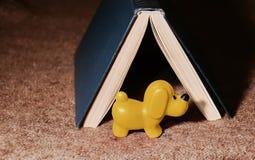 2018 - Gele aarden Hond De hond bewaakt het huis in de vorm royalty-vrije stock afbeelding