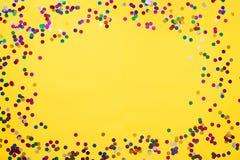 Gele achtergrond met confettien en plaats voor uw tekst Exemplaarplaats royalty-vrije stock foto's