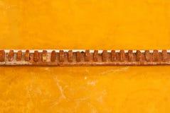 Gele adobemuur met baksteenversiering Royalty-vrije Stock Foto