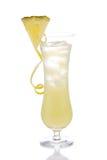 Gele alcoholcocktail met ananas Stock Afbeeldingen