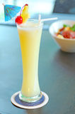Gele alcoholcocktail met ananas Royalty-vrije Stock Foto's