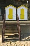 Gele & witte strandhutten stock fotografie