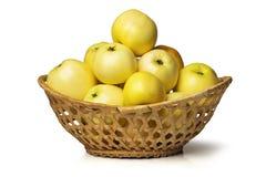 Gele appelen in een mand Stock Foto's