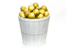 Gele appelen in een witte mand Stock Afbeeldingen
