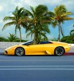 Gele auto op tropisch eiland stock foto