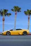 Gele auto op tropisch eiland royalty-vrije stock afbeeldingen