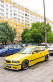 Gele auto voor verkoop Stock Foto